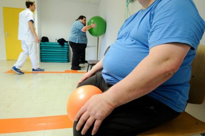 Un fisioterapeuta ayuda a unos pacientes con obesidad a realizar ejercicios, el 23 de octubre de 2013, en Angers, oeste de Francia
