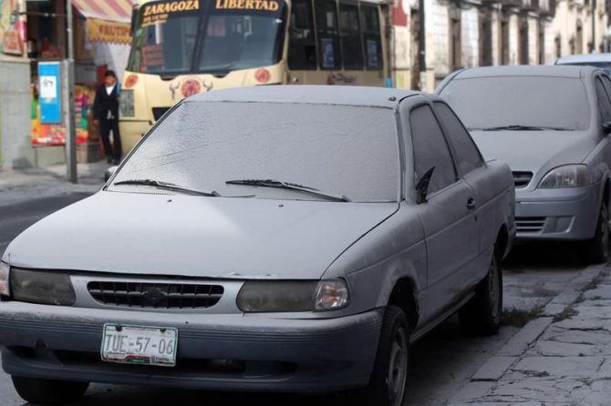 Vehículos cubiertos por ceniza tras la erupción del volcán Popocatépetl, en Puebla (México).