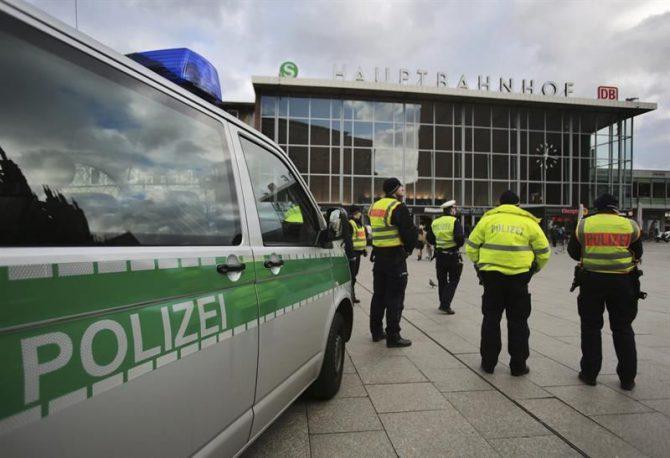 Agentes de policía alemanes vigilan frente a la estación central ferroviaria de Colonia (Alemania).