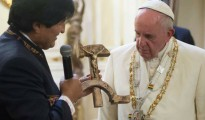 Evo Morales regala un Cristo sobre una hoz y un martillo de madera.