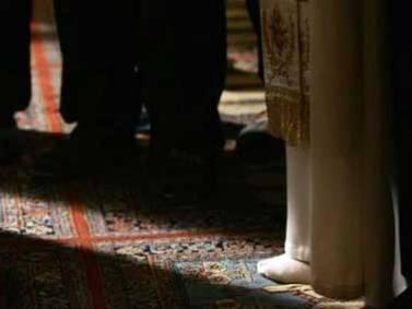 Benedicto XVI rezando en la Mezquita Azul, en la dirección a La Meca y descalzo, durante su viaje a Turquía en 2007.