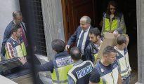 El alcalde de Granada, Torres Hurtado, monta en el coche de la policía este pasado miércoles tras el registro en el Ayuntamiento.