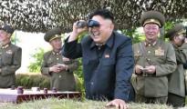 El dictador norcoreano Kim Jong-un supervisa con su largavista una prueba de misiles