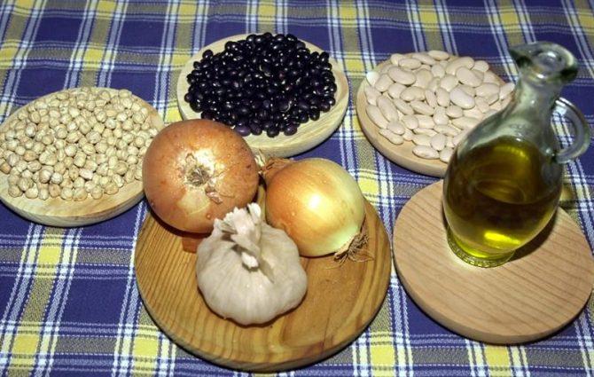 Alimentos básicos de la dieta mediterránea que se compone fundamentalmente de frutas y hortalizas, leguminosas (garbanzos, lentejas o judías), pescado y aceite de oliva.