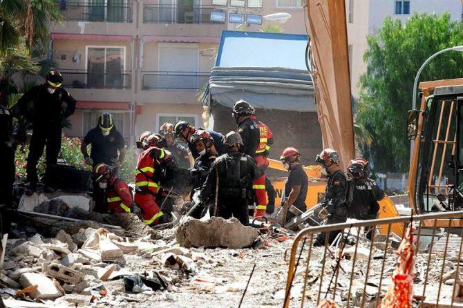 Los equipos de rescate siguen trabajando en el derrumbe el pasado jueves de un edificio de viviendas de Los Cristianos (sur de Tenerife).