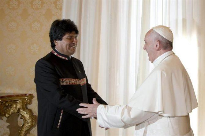 El presidente de Bolivia Evo Morales saluda al Papa Francisco, durante una audiencia privada hoy, 15 de abril de 2016, en El Vaticano.