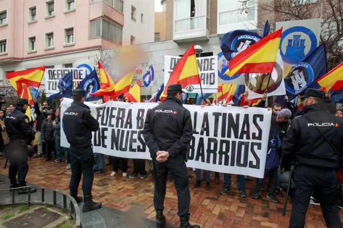 """El colectivo Hogar Social Madrid ha celebrado este mediodía una concentración en pleno barrio madrileño de Tetuán con el lema """"Fuera bandas latinas de nuestros barrios""""."""