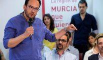 El portavoz del Grupo Parlamentario Socialista, Antonio Hernando (d), hoy durante su intervención en el encuentro que ha mantenido con militantes en la sede del partido en Lorca.