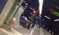 Imagen del vídeo en el que un hombre fuma heroína en el andén