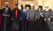 Fotografía facilitada por la agencia oficial libanesa Dalati Nohra que muestra al presidente francés, Francois Hollande (3i) posando para una foto con jefes de sectores religiosos libaneses en Beirut, Líbano.