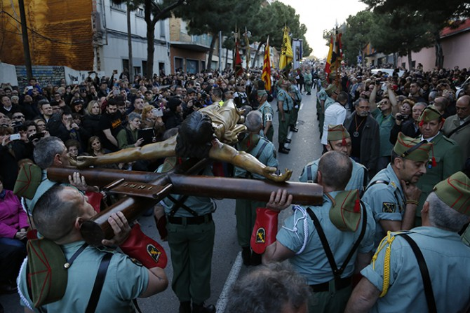 Revés a la izquierda y al separatismo. Las calles de Hospitalet, abarrotadas el Jueves Santo para ver el desfile procesional de los legionarios