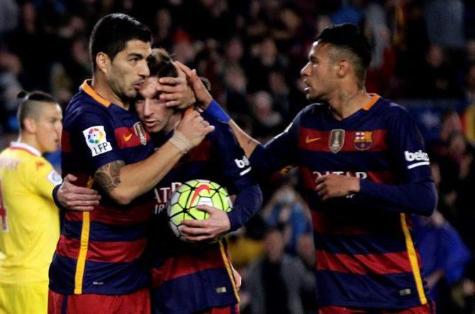 Los jugadores del F. C. Barcelona, (i-d) el uruguayo Luis Suárez, el argentino Leo Messi y el brasileño Neymar, celebran uno de los goles del equipo blaugrana, durante el encuentro correspondiente a la jornada 35 de primera división, que han disputado frente al Sporting de Gijón Camp Nou de Barcelona.