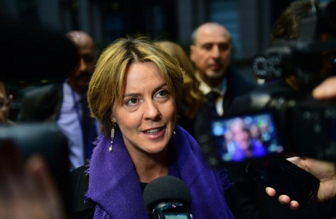La ministra italiana de salud Beatrice Lorenzin habla con la prensa en Bruselas el 1 de diciembre de 2014