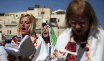 Miembros del grupo religioso liberal judío Mujeres del Muro, ataviadas con 'tallit', unos mantones que portan los hombres judíos cuando rezan, el 24 de abril frente al apartado reservado para mujeres ante el Muro de las Lamentaciones de Jerusalén