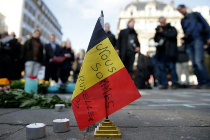 Una bandera belga en la que se lee 'Nous soommes Bruxelles' ('Somos Bruselas'), en la Plaza de la Bolsa de la ciudad belga en respuesta a los atentados de aeropuerto y metro, el 22 de marzo de 2016