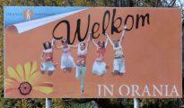Letrero de bienvenida a la comunidad surafricana creada sólo para blancos.