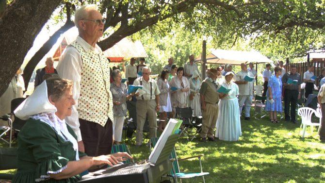 Miembros de la comunidad de Orania asistiendo a un oficio religioso.