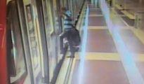 La grabación muestra a una mujer orinando en el andén y a un hombre reteniendo el metro para evitar que se les escape.