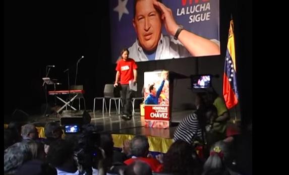 Pablo Iglesias participando en un homenaje a Hugo Chávez.