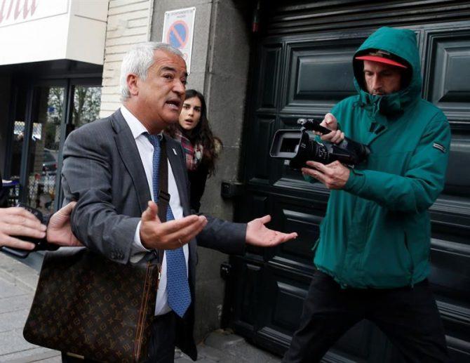 El presidente de la Asociación de Usuarios de Servicios Bancarios (Ausbanc), Luis Pineda (i), a su llegada a la sede de Ausbanc en la calle Marqués Urquijo de Madrid.