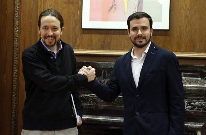 El secretario general de Podemos, Pablo Iglesias (i), y el portavoz de IU-UP, Alberto Garzón, al inicio de la reunión que han mantenido en el Congreso.