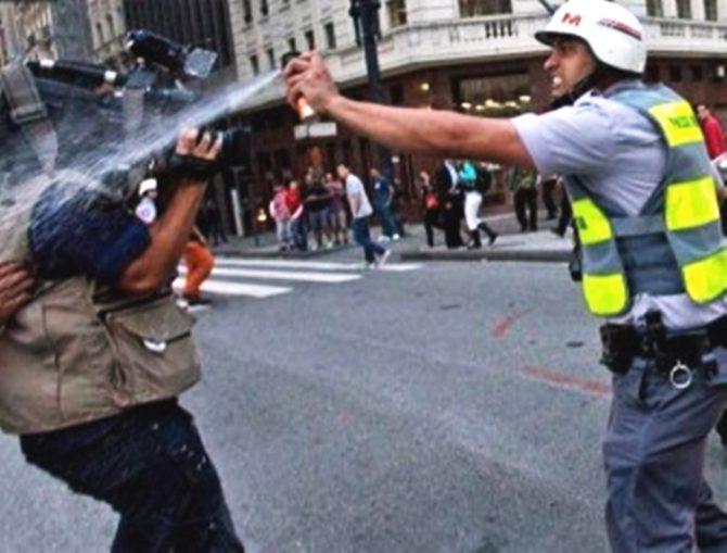 Un policía brasileño ataca a un cámara de la televisión peruana
