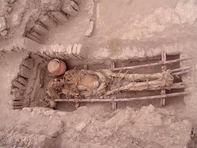 Fotografía facilitada por el Proyecto de Investigación, Conservación y Puestaen Valor Huaca Pucllana del lugar funerario de la cultura Lima (500-700 AD) hallado en lapirámide de Adobe de la Huaca Pucllana.