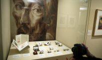 """Objetos expuestos en la muestra """"Coleccionismo cervantino en la BNE: del doctor Thebussem al fondo Sedó"""", en la Biblioteca Nacional de España (BNE) en Madrid."""