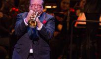 El reconocido músico cubano Arturo Sandoval toca la trompeta durante un acto del décimo aniversario de la apertura del Adrienne Arsht Center la noche del 21 de abril 2016, en Miami, Florida.