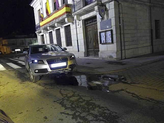 Coche siniestrado a las puertas de la Casa Consistorial. (El Día de Valladolid)