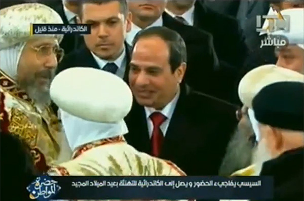 Pese a sus numerosos gestos y dichos, el presidente egipcio, Abdel Fatah al Sisi, está contemporizando con la agenda islamista permitiendo que la Ley Antiblasfemia afecte a cristianos y moderados. Arriba: Sisi fue el primer presidente egipcio en visitar la catedral de San Marcos, durante la Navidad copta, el 6 de enero de 2013. (Imagen: captura de YouTube).