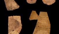 Fotografía facilitada por la Universidad de Tel Aviv y la Autoridad de Antigüedades de Israel de los fragmentos conocidos como ostraca (que incluyen inscripciones en arcilla) de la fortaleza de la Edad de Hierro de Arad, en el sur del bíblico reino de Judá, en el sur de Israel. Las inscripciones han sido datadas en la última fase del Período del Primer Templo de Jerusalén, unos 600 años a.C.
