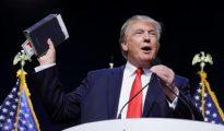 Donald Trump, con la Biblia por bandera.
