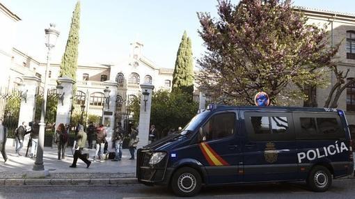 Policías custodian la entrada de la sede de Urbanismo del Ayuntamiento de Granada