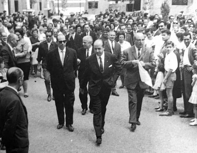 Mayo 1968 . El gobernador civil de Sevilla Utrera Molina inaugura 552 viviendas del Polígono San Pablo