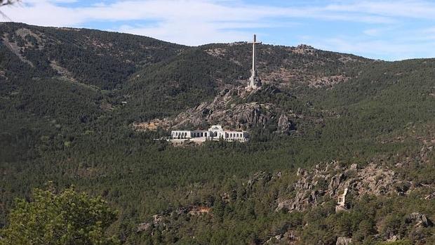 Panorámica del Valle de los Caídos, con su gran cruz, en la sierra de Guadararama