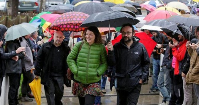 Montse Venturós, alcaldesa de Berga, arropada por dirigentes de la CUP tras negarse a declarar ante la juez.