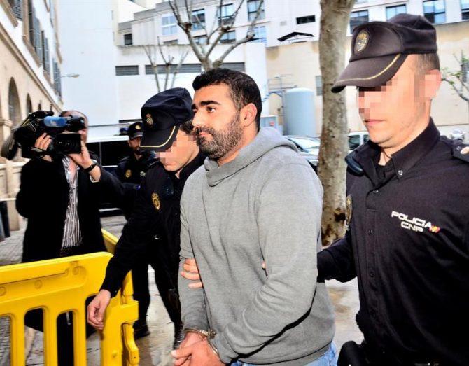 El hombre de 26 años y nacionalidad marroquí detenido el pasado martes en Palma, acusado de captar menores para integrarlos en la organización terrorista Dáesh, ha pasado hoy a disposición judicial en los juzgados de la capital balear.