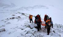 Un grupo de científicos transportan una batería a la cima del monte Rossman, Antártida.