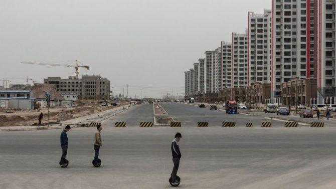 Miles de apartamentos vacíos. Las autoridades del Partido Comunista dicen que actualmente allí viven aproximadamente 200 mil personas.