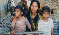 Asia Bibi y dos de sus cinco hijos, antes de que fuera condenada a muerte en 2010 por 'blasfemia'.
