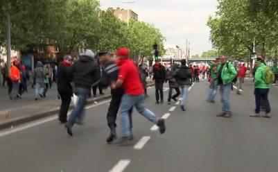 Un grupo de manifestantes atacan al policía belga Pierre Vandersmissen.
