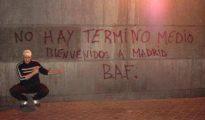 """Carlos Palomino junto a una """"tolerante"""" pintada de las Brigadas Antifascistas. ¡Y eso que la prensa se obstinó en convencernos de que no estaba vinculado a ninguna asociación violenta!"""
