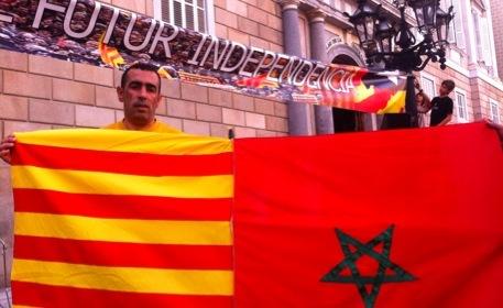 Amin Baghar, con una señera y una bandera de Marruecos.