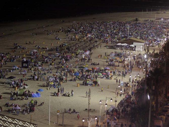 """Miles de personas durante la tradicional """"Celebración de las Barbacoas"""" en la Playa de la Victoria de Cádiz, coincidiendo con la 61 edición del Trofeo Ramón de Carranza."""