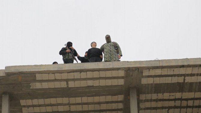 Los terroristas de ISIS empujaron a la víctima desde un edificio de cinco pisos