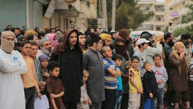 Cientos de personas, entre ellas niños, presenciaron la brutal ejecución.