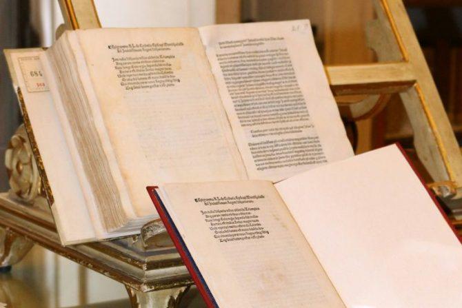 Los documentos escritos por Cristóbal Colón describiendo su viaje por América en imagen divulgada por la Policía italiana, el 18 de mayo de 2016