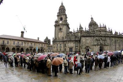 Ni la lluvia frena las largas colas para entrar a la catedral de Santiago