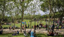 Gran número de personas disfrutan en la Pradera de San Isidro, hoy 15 de Mayo día del patrón de Madrid.